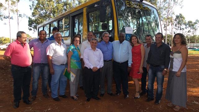 Prefeitos e vereadores com o governador na entrega dos ônibus escolares<br />Foto: Karla Machado