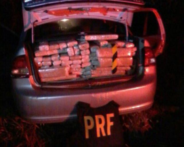 O motorista que abandonou o carro disse à Polícia que receberia R$ 2 mil pelo transporte da droga (Foto: Divulgação/ PRF)