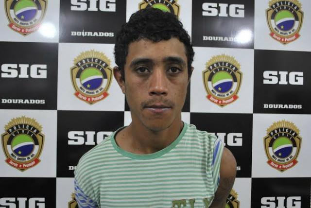 André foi preso na tarde de ontem com moto furtada<br />Fotos: Osvaldo Duarte/Dourados News