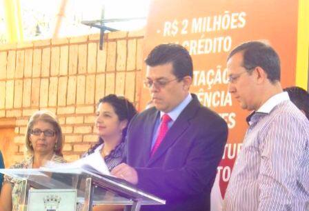 Prefeito Gilmar Olarte (PP) assina liberação de crédito para micro-empresários<br />Foto: Junior Cordeiros