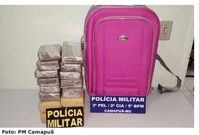Uma mulher de 24 anos, que não teve o nome divulgado, foi presa na noite de quarta-feira (2), por tráfico de drogas. O flagrante aconteceu no Terminal Rodoviário de Camapuã, ocasião que ela embarcava com destino a Manaus (AM).  A ação foi realizada pela