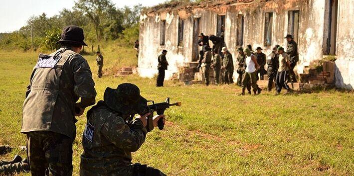 Policiais simularam a tomada de área e prisão de criminosos especializados em tráfico de drogas<br />Foto: Diário Corumbaense
