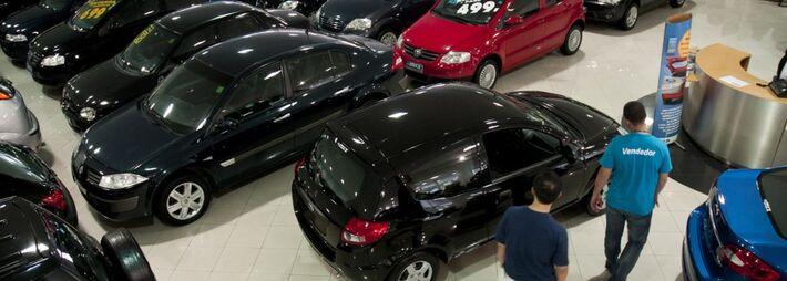 As vendas de veículos novos no Brasil despencaram em junho sobre um ano antes, atingidas por fraqueza na confiança do consumidor que tem encontrado ofertas reduzidas de crédito para financiamentos, segundo dados divulgados nesta quarta-feira pela asso