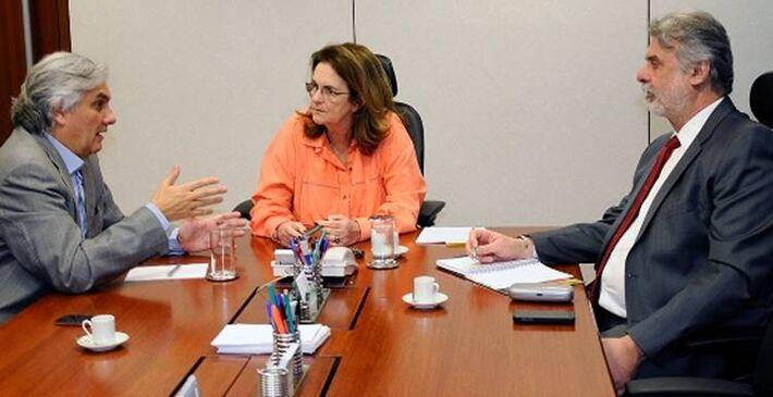 Delcídio do Amaral (PT) reunido com com a presidente da Petrobras, Graça Foster, e o diretor de Gás e Energia da empresa, José Alcides Santoro<br />Foto: Divulgação