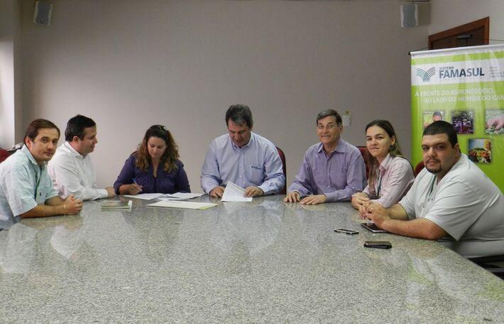 Termo de cooperação mútua foi assinado entre Senar/MS, Cooplaf o município para recuperação de pastagens e distribuição da horticultura<br />Foto: Sistema Famasul