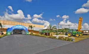 Pavilhão de Eventos está pronto para a Feira Agrometal; empresários preparam os estandes para receber os visitantes – A. Frota