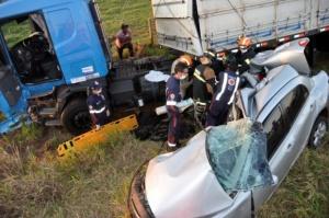 """</p> <p style=""""text-align: justify;"""">Um acidente entre uma carreta e dois veículos de passeio deixou três pessoas mortas, entre elas uma criança,e um ferido. O acidente aconteceu por volta das 18h d eontem na MS-276, entre as cidades de Nova Andradina e"""