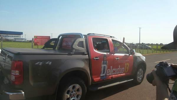 Ao chegar, candidato ao governo do Estado Delcídio do Amaral (PT) acena para imprensa<br />Foto: Heloísa Lazarini