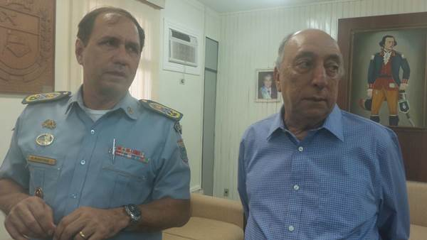 Comandante-geral da PM, Valter Godoi com Pedro Chaves<br />Foto: Dany Nascimento