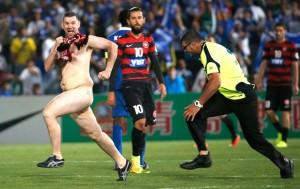 Torcedor nu invade o campo durante final da Liga dos Campeões da Ásia<br />Foto: Agência Reuters