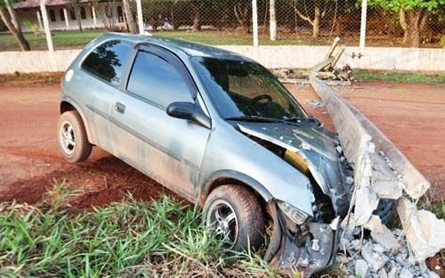 O motorista explicou que após fazer a curva, o carro travou a direção e ele acabou colidindo no poste<br />Foto: Maikon Leal