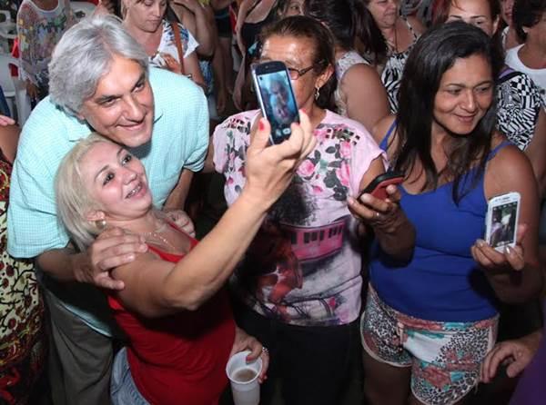 Candidato ao governo do Estado Delcídio do Amaral (PT) com eleitores<br />Foto: Divulgação