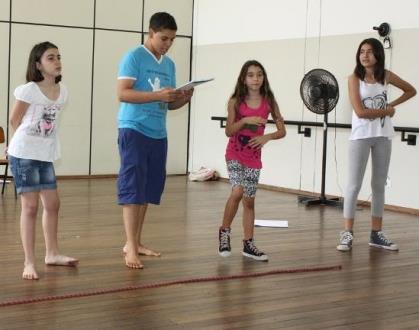 Crianças ensaiando o espetáculo<br />Foto: Divulgação