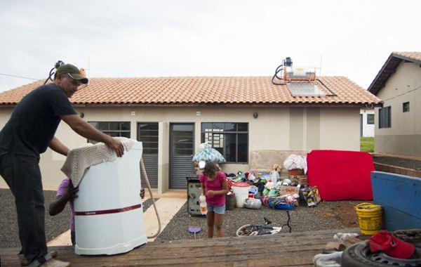 Ex-morador da Portelinha fazendo sua mudança para o novo lar<br />Foto: Divulgação PMCG