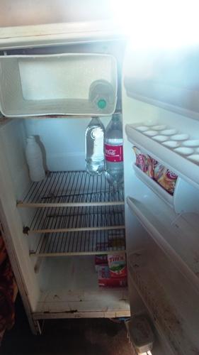 A geladeira da família tinha leite que foi doado por alguns moradores do bairro Los Angeles<br />Foto: Dany Nascimento