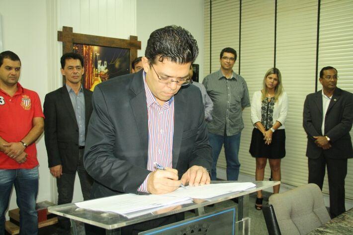 Gilmar Olarte (PP) assina ordem de serviço para a instalação de videmonitoramento na área central da Capital<br />Foto: Divulgação PMCG