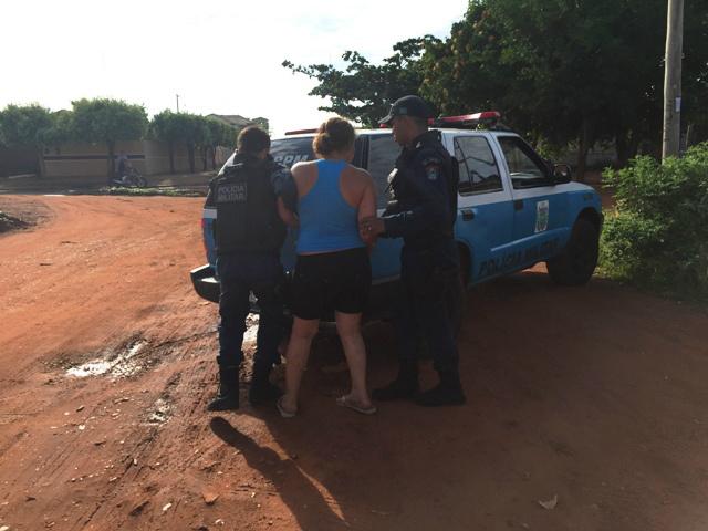 Mulher foi levada por policiais para prestar esclarecimentos sobre agressão ao marido<br />Foto: Ricardo Ojeda/Perfil News