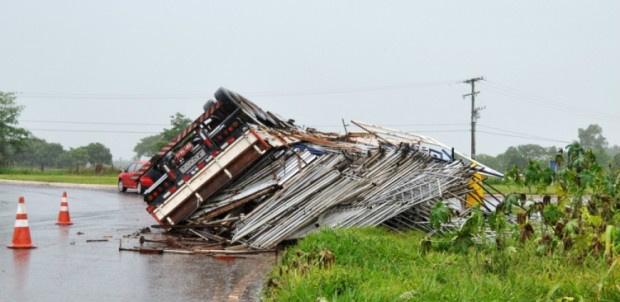 Acidente ocorreu em Nova Andradina, próximo a trevo na MS-134 - Márcio Rogério/Nova News