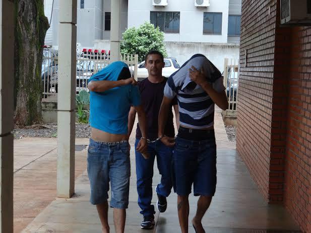 Dupla foi presa com veículo furtado em Dourados<br />Foto: Osvaldo Duarte