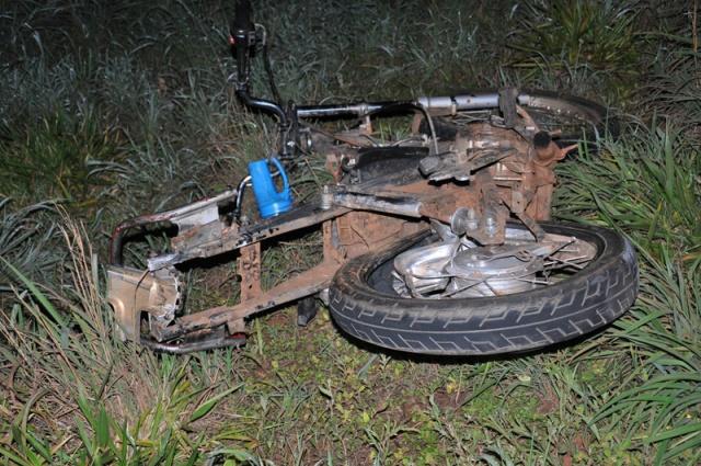Motocicleta ficou totalmente destruída após colisão que deixou homem morto - Foto: Correio News
