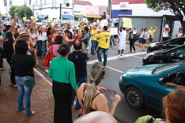 Professores durante manifestação no cruzamento da avenida Afonso Pena com Rua 14 de Julho<br />Foto: Divulgação ACP
