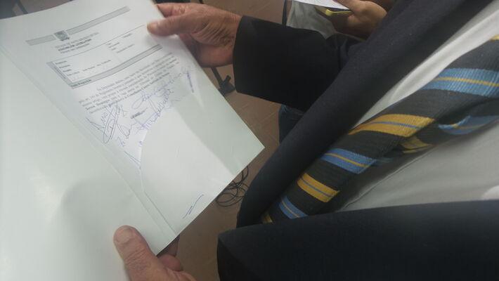 Jerson Domingos segurando o document com assinaturas de seus colegas deputados estaduais para indicá-lo a vaga no TCE<br />Foto: Leide Laura Meneses