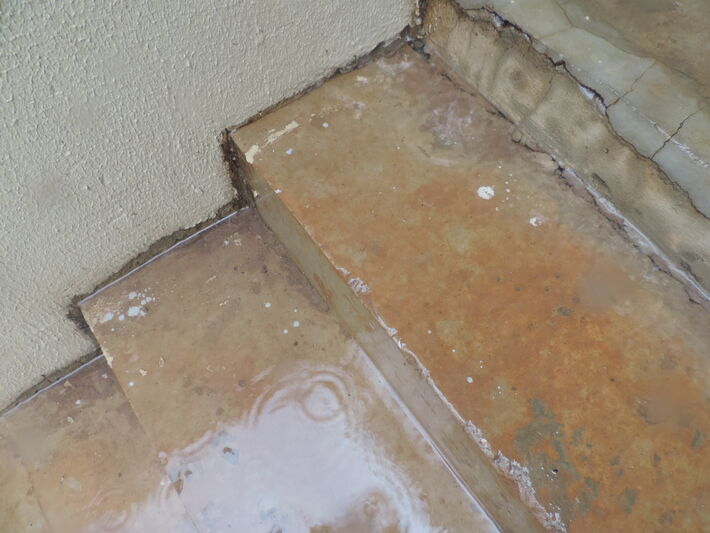 Escada totalmente danificada e com poças de água<br />Foto: Karla Machado