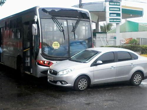 O motorista do ônibus afirmou que acionou a polícia, a Ciptran e o Juizado de Trânsito para atender a ocorrência, mas até o momento nenhuma viatura apareceu no local<br />Foto: Tayná Biazus