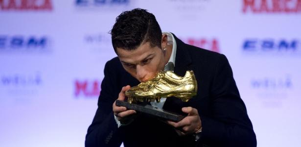 Cristiano Ronaldo beija terceira Chuteira de Ouro europeia<br />Foto: Gonzalo Arroyo Moreno / Stringer
