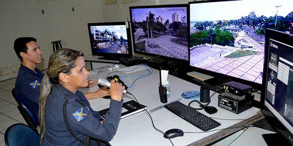 Vídeo monitoramento, com ajuda de megafone, tem inibido a ação de quem tenta cometer ato infrator<br />Foto: Diário Corumbaense