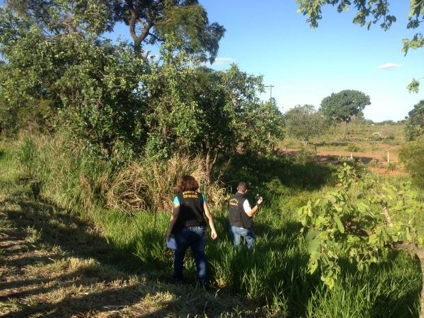 Perícia vistoria local onde foi encontrado corpo de professor desaparecido<br />Foto: Gabriela Pavão/G1 MS