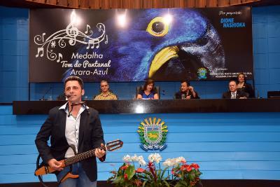 """<p style=""""text-align: justify;"""">Na noite de ontem, doze músicos sul-mato-grossenses foram homenageados na AL (Assembleia Legislativa), em alusão ao dia do músico, que é comemorado amanhã. Eles receberam a Medalha Tom do Pantanal – Arara Azul, em sessão"""