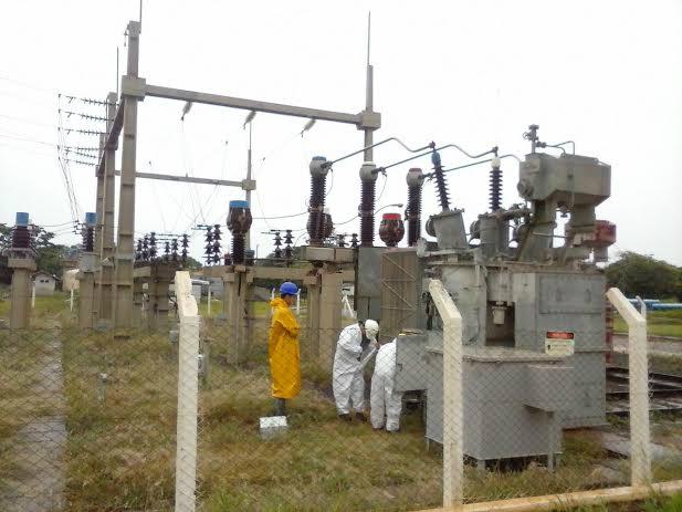Técnicos trabalham para trocar transformador atingido pela descarga elétrica<br />Foto: Divulgação