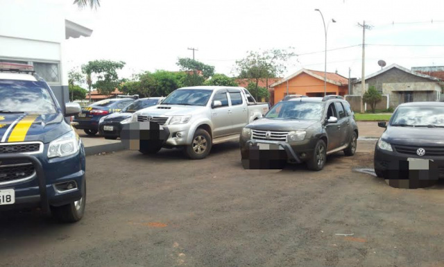Renault/Duster e uma Toyota/Hillux, ambos produtos de furto e o veículo VW/Voyage placa de Brasília/DF que fazia o papel de batedor<br />Foto: Divulgação