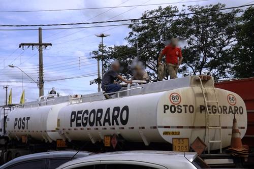 Caminhão que transportava pasta base<br />Foto: Pereira Neto