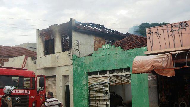 """<p style=""""text-align: justify;"""">Um incêndio em um prédio abandonado na Avenida Calógeras, entre as ruas Antonio Maria Coelho e Maracajú, foi contido há pouco pelos Corpo de Bombeiros da Capital.</p> <p style=""""text-align: justify;"""">Segundo informações d"""