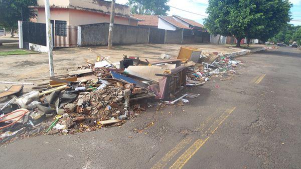 Lixo acumulado na rua Iporã, esquina com a Avenida Europa, no bairro Taquarussu<br />Foto: Tayná Biazus