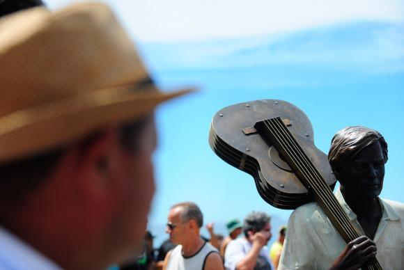 Compositor e maestro, Tom Jobim ganhou, 20 anos após sua morte, uma<br />estátua de bronze na Praia de Ipanema<br />Foto: Tânia Rêgo/Agência Brasil