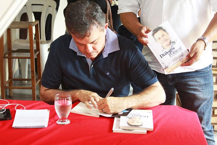 O deputado autografou o livro que aborda sua trajetória<br />Foto: Assessoria