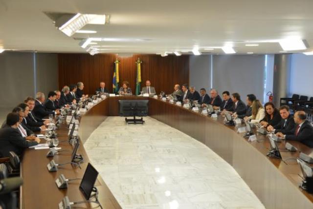A presidenta Dilma Rousseff, o vice-presidente Michel Temer, e o ministro da Casa Civil, Aloizio Mercadante, reúnem-se com líderes da base no Senado e na Câmara, no Palácio do Planalto<br />Foto: Valter Campanato/Agência Brasil