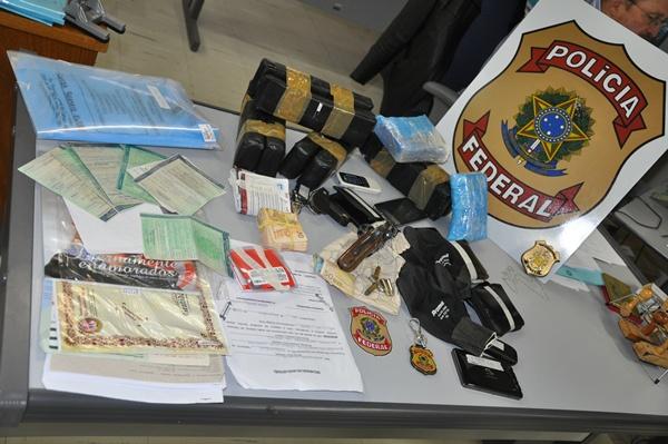"""</p> <p style=""""text-align: justify;"""">Foram cumpridos 29 mandados de busca e apreensão e 33 mandados de prisão, sendo 28 prisões preventivas, no Rio Grande do Sul e em Santa Catarina.A ação contou com aproximadamente 130 policiais federais e 50 policiais"""