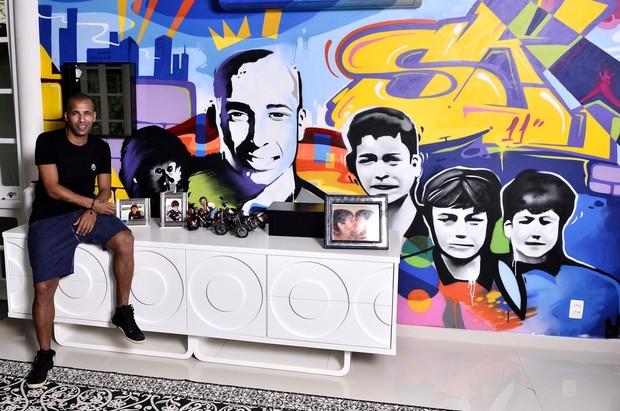 Sheik na sala de casa: painel grafitado com foto do jogador, dos filhos e Cuta, a macaquinha de estimação<br />Foto:Roberto Teixeira/Ego