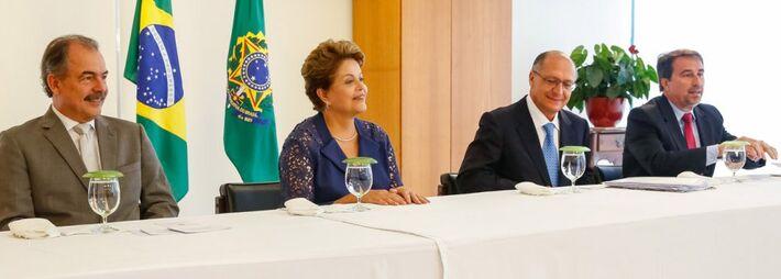 """<p style=""""text-align: justify;"""">Diante do governador Geraldo Alckmin, a presidente Dilma Rousseff mandou sua mais clara mensagem à oposição que aposta no 'quanto pior, melhor'.</p> <p style=""""text-align: justify;"""">- Durante a campanha, é natural divergi"""