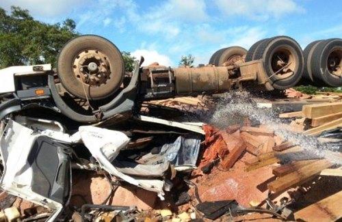 O veículo ficou destruído e a carga de madeira ficou esparramada nas margens da rodovia<br />Foto: PC de Souza