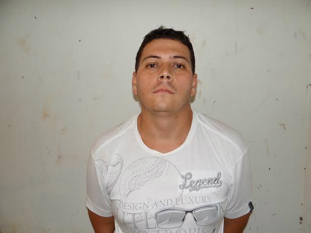Agentes flagraram droga com rapaz na Phac<br />Fotos: Osvaldo Duarte/ Dourados News