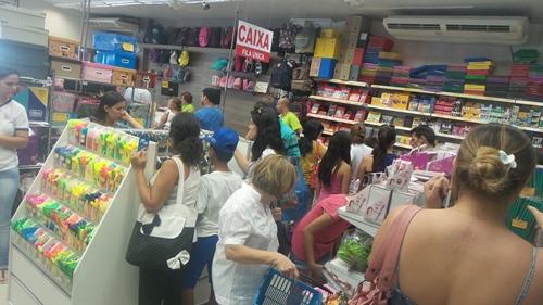 Os vendedores estão se desdobrando para atender os clientes nas lojas de materiais escolares<br />Foto: Dany Nascimento