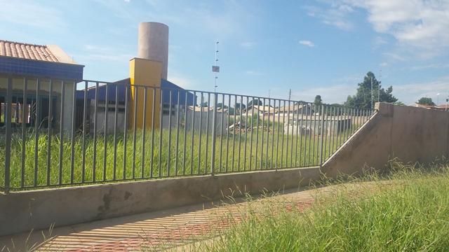 Prédio feito para Ceinf está quase pronto, porém atualmente está abandonado tomado pelo matagal e sujeira<br />Foto: Leide Laura Meneses
