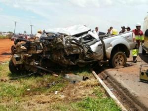 Caminhonete ficou destruída após colisão<br />Foto: Chico Gomes/TV Morena