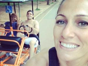 Ronan Tangerino no tricíclo e Juliana Gouveia em momento de descontração ontem no Parque Ibirapuera em São Paulo<br />Foto: Facebook