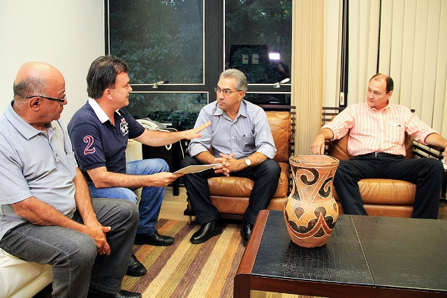 Deputado federal Vander Loubet apresenta projeto ao governador Reinaldo Azambuja<br />Foto: Chico Ribeiro